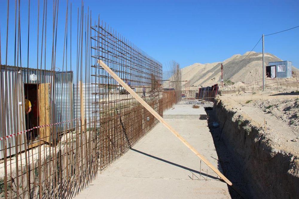 Подрядчик завершает укладку фундамента будущей школы на Челноках в Феодосии (ФОТО)