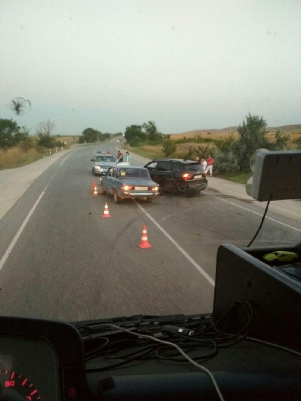 Жигули и BMW столкнулись на трассе под Феодосией: пожилой водитель травмирован