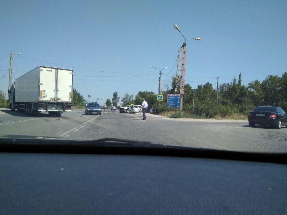Под Феодосией столкнулись грузовик и легковушка: 18-летняя девушка в больнице
