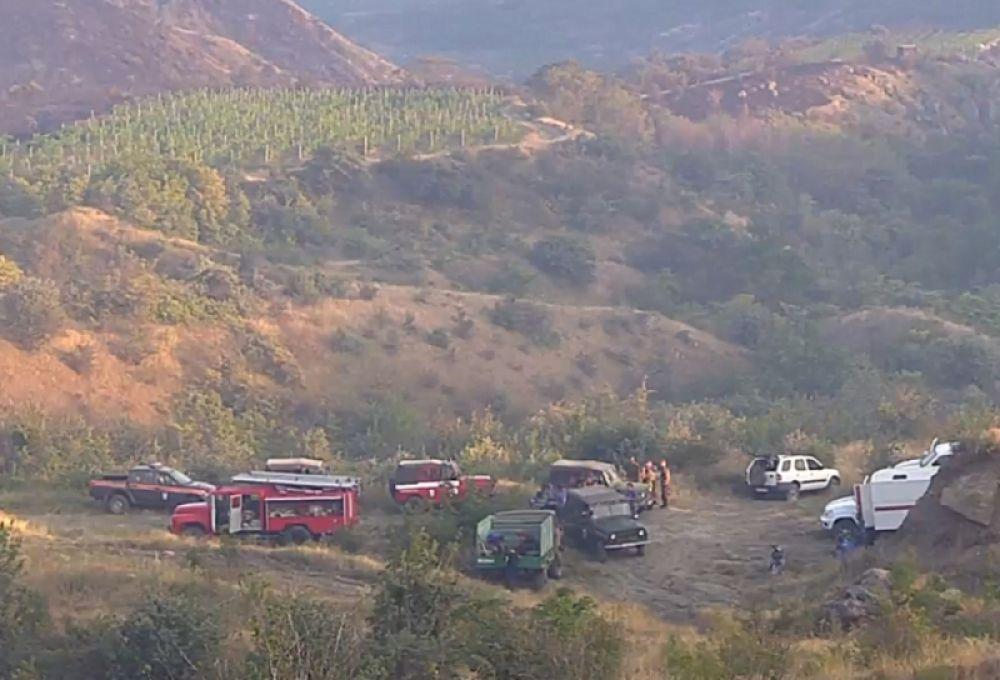 Лесной пожар под Судаком: задействованы вертолеты, самолет и почти 500 человек