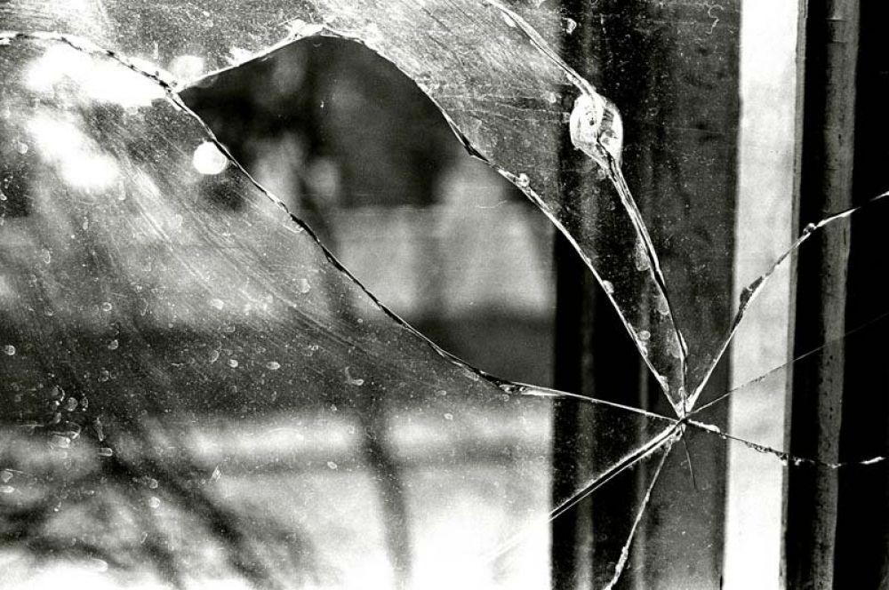 В Феодосии неизвестный разбил окна в детской больнице