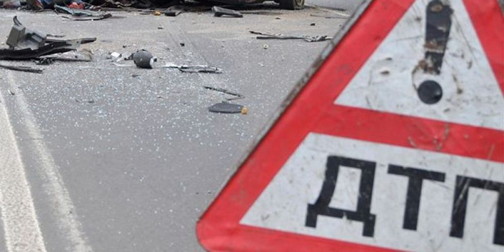 ВАЗ врезался в дерево в центре Феодосии