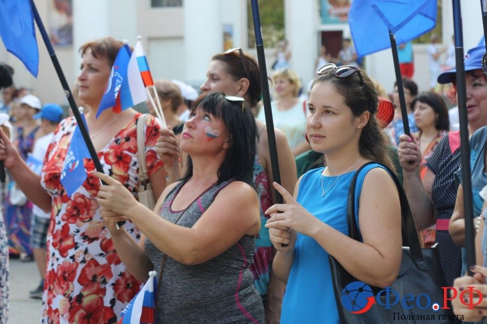 Феодосйцы отметили День российского флага (фоторепортаж)