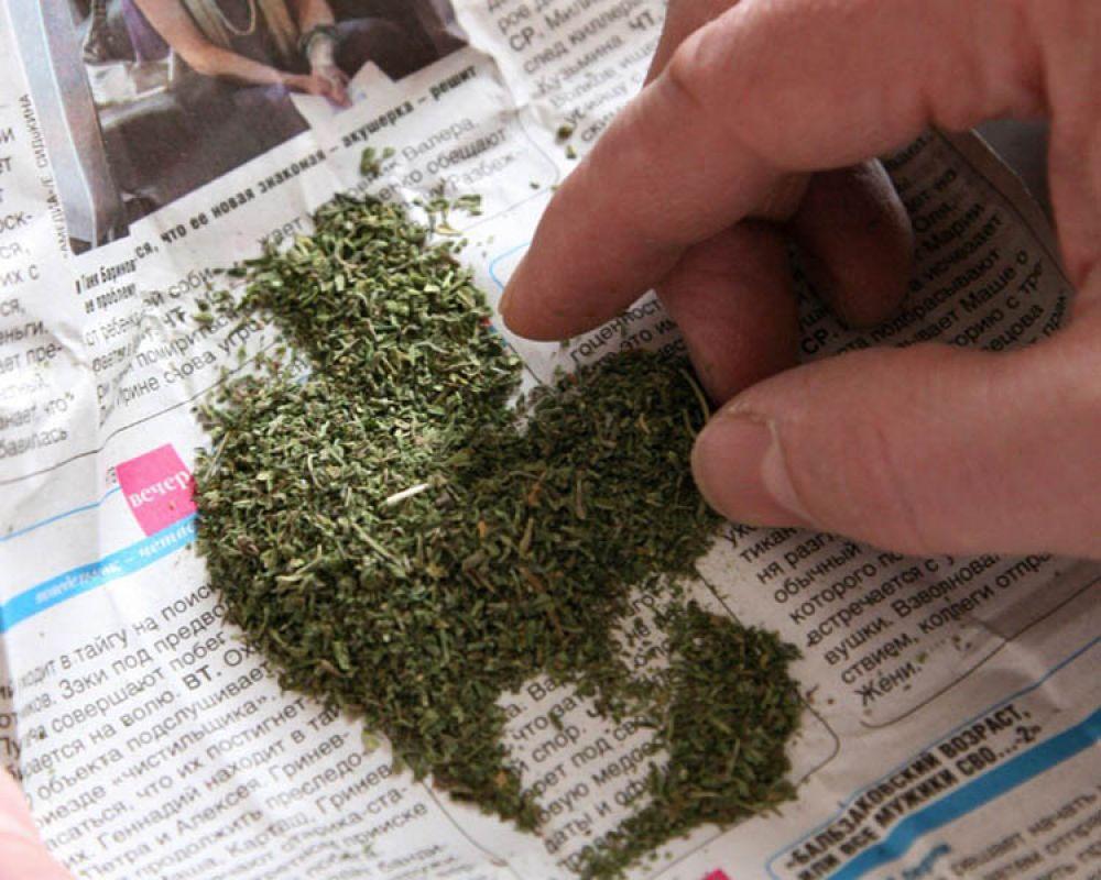 Полицейские Ленинского района изъяли крупную партию наркотиков у деревенского парня