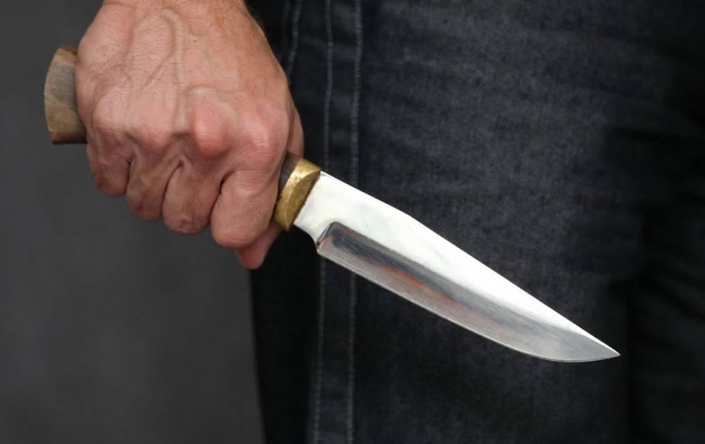 Неизвестный напал с ножом на девушку в Керчи