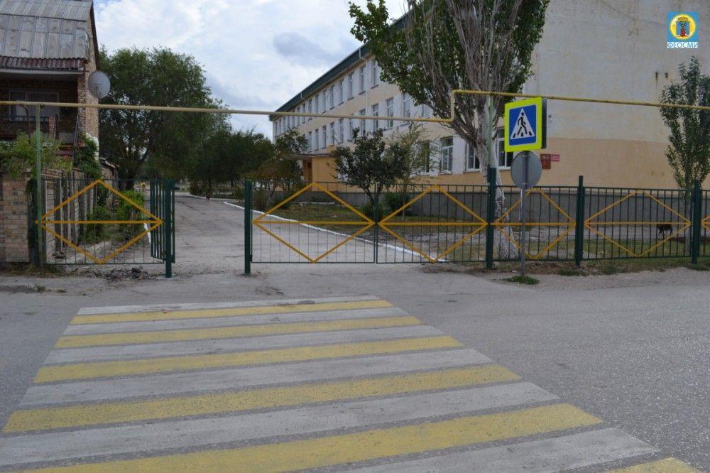 В Феодосии таки облагородили территорию у школы № 15 на месте снесенного ларька