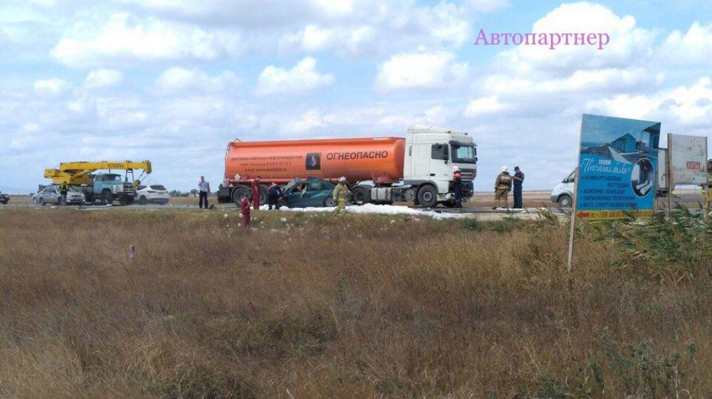 Два человека погибли при столкновении бензовоза и легковушки на феодосийской трассе