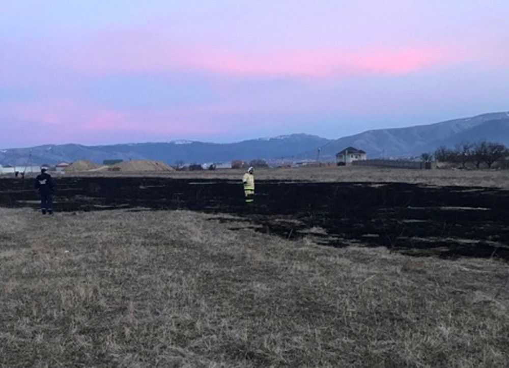 В Феодосии продолжает гореть трава