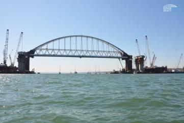 Парусная регата прошла под аркой Крымского моста (ФОТО, ВИДЕО)