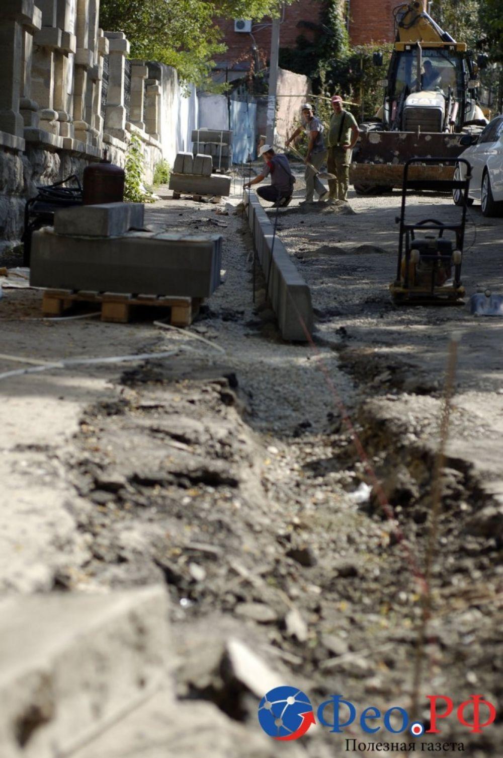 В Феодосии в переулке Айвазовского делают тротуар