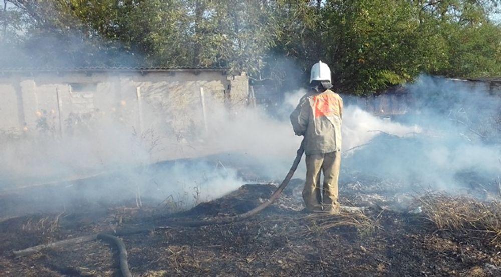 Огнеборцы Ленинского района не дали пожару распространится на жилые дома