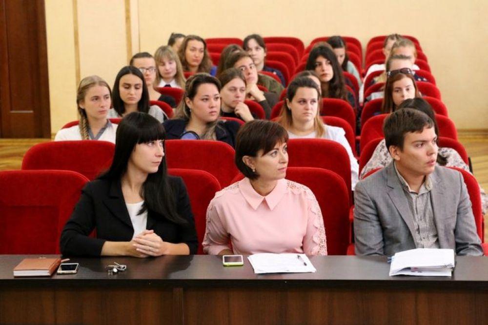 Администрация Керчи приняла на стажировку два десятка студентов