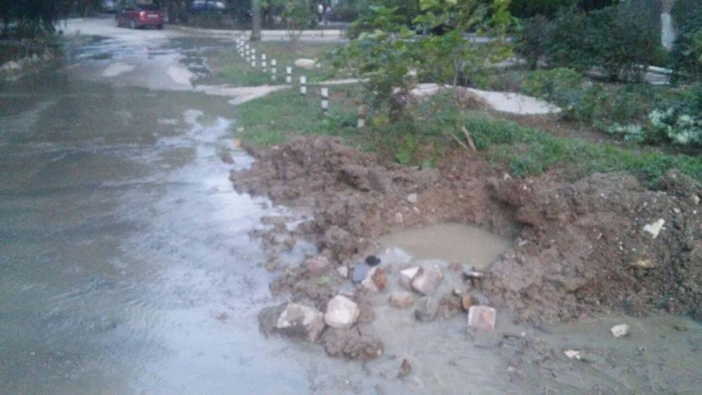 Течет вода по улицам Феодосии