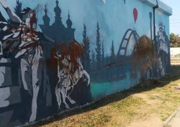 Полиция ищет вандалов, испортивших картину с Крымским мостом в Евпатории