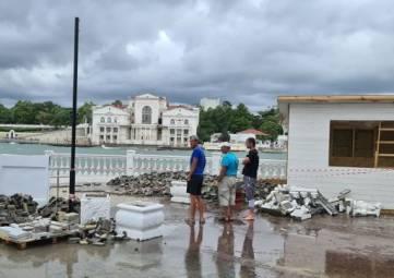 Глава Севастополя рассказал, кто заплатит за разбитый штормом пляж