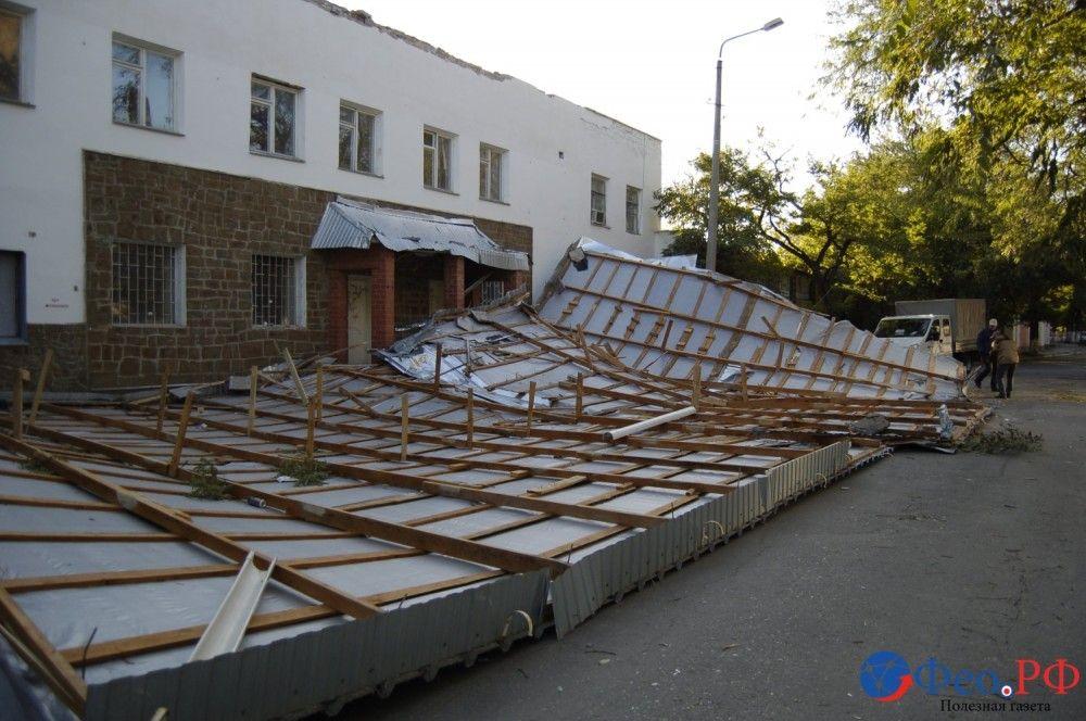 Возле средневековой башни порывом ветра сорвало со здания металлическую крышу