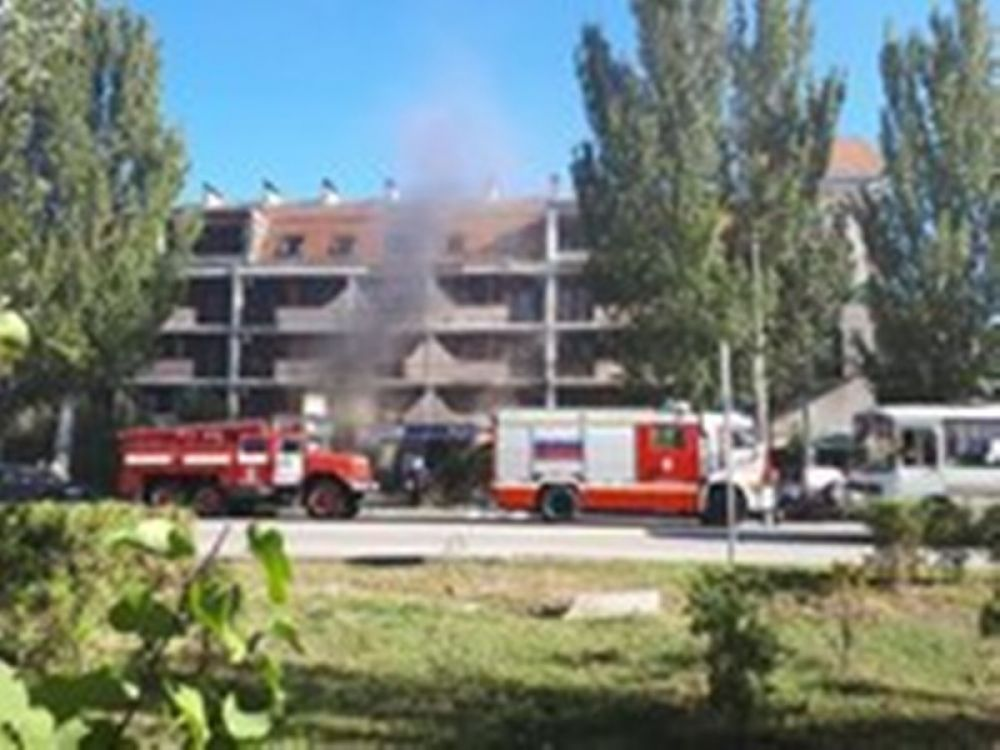 Пожар в Феодосии: огнеборцы вывели из горящей гостиницы 13 человек