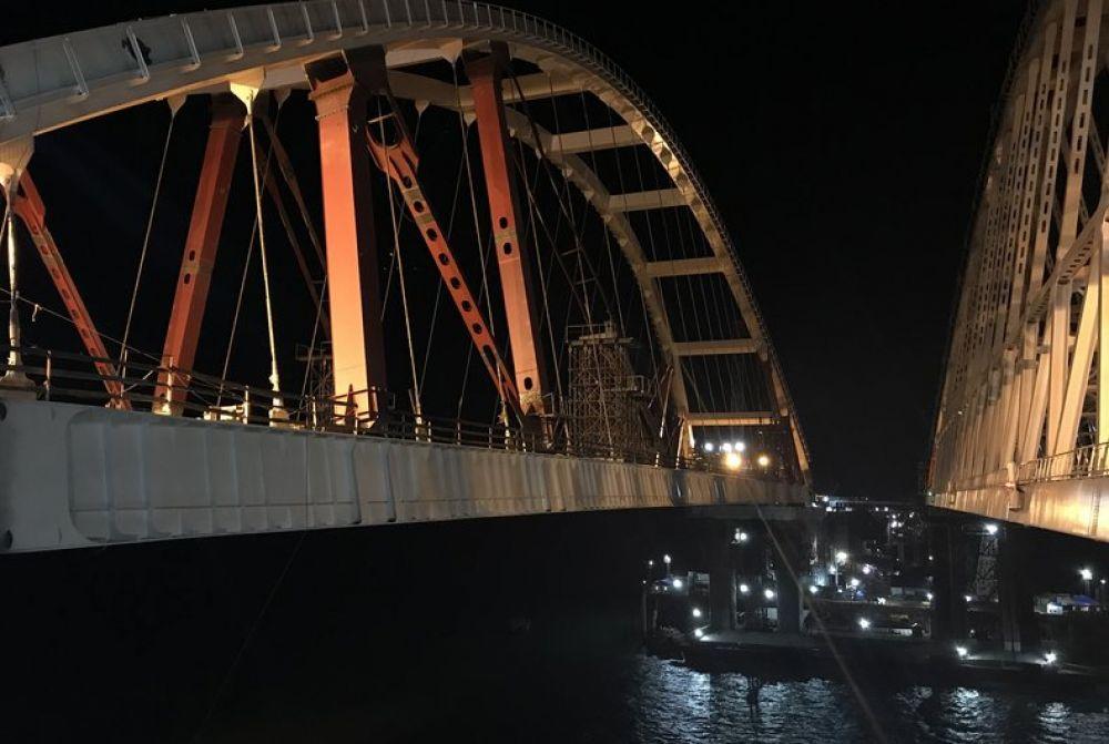 Движение судов в Керченском проливе досрочно открыли после установки второй арки Крымского моста