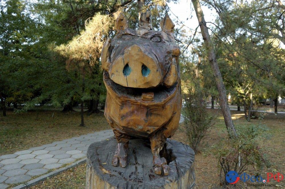 В Феодосии вандалы покушались на деревянную скульптуру свиньи