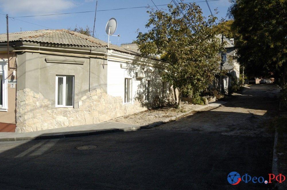 В Феодосии завершен ремонт дороги и тротуара в переулке Айвазовском