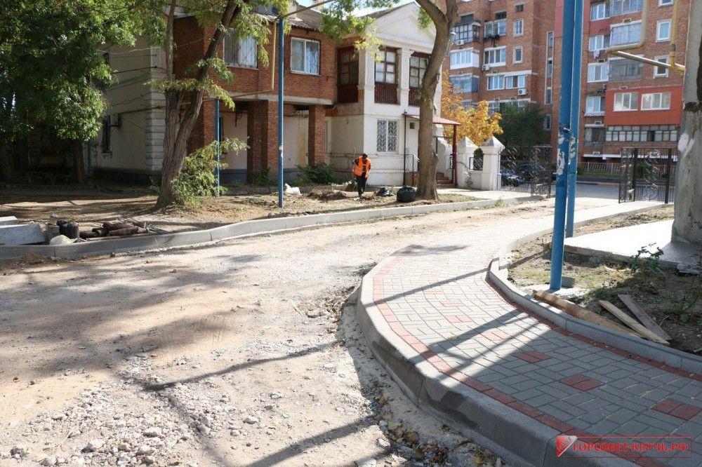 Реконструкция 6 дворов началась в Керчи