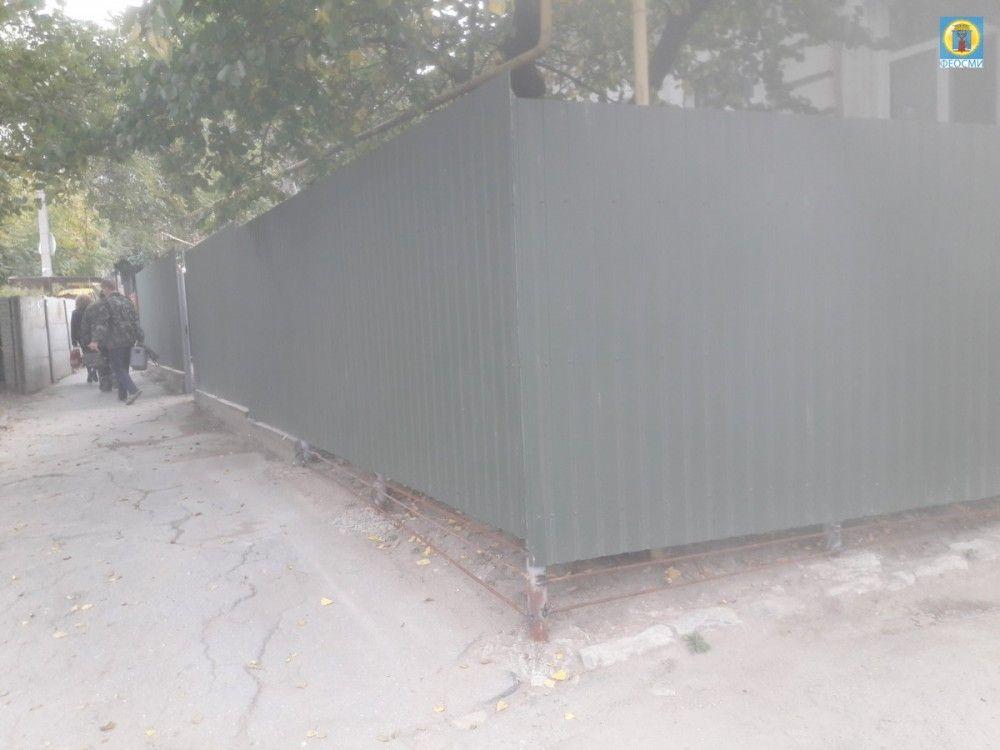 Внезапно: в центре Феодосии у многоэтажки «вырос» большой забор