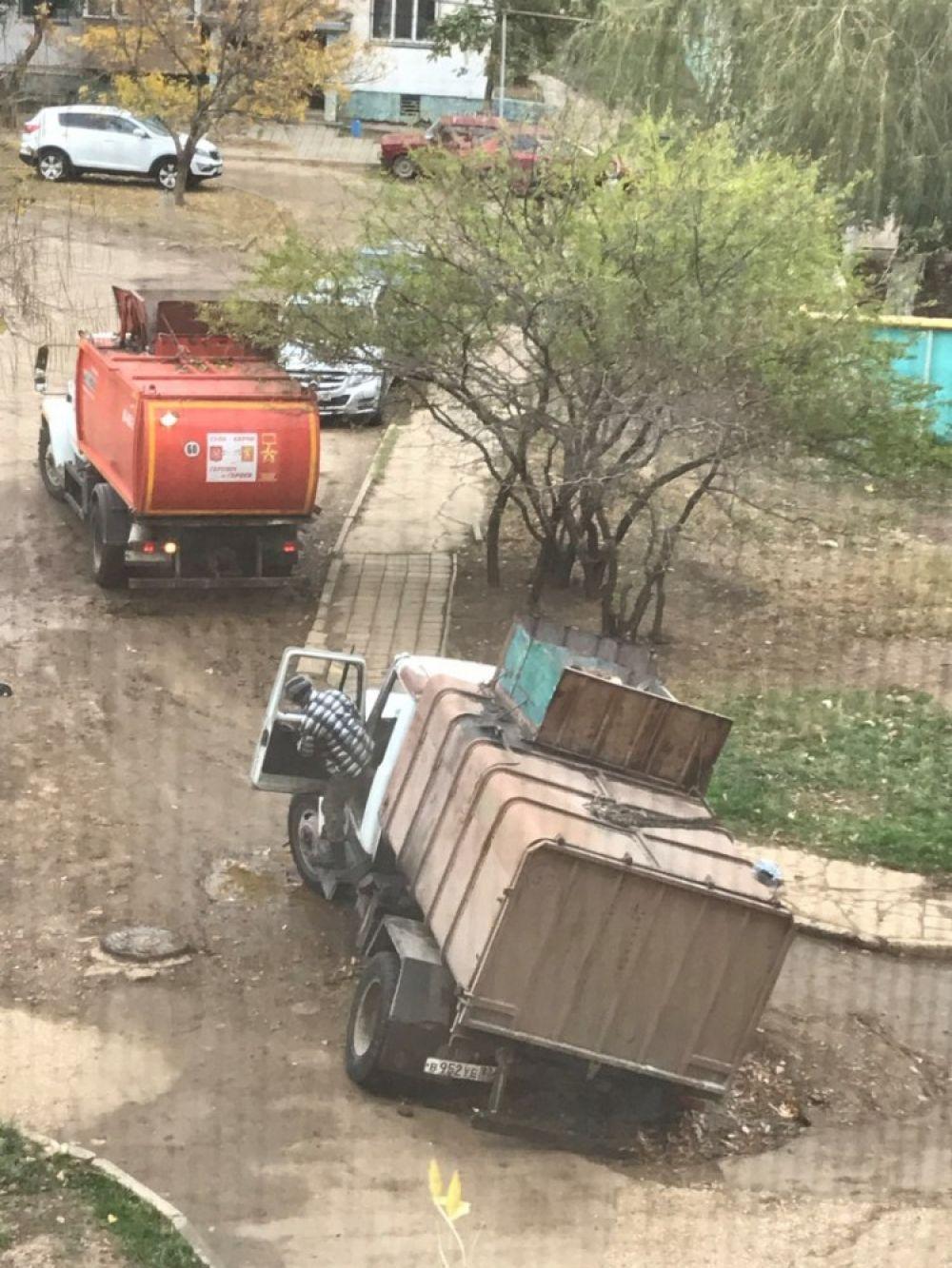 В Керчи мусоровоз застрял в оставленной коммунальщиками яме