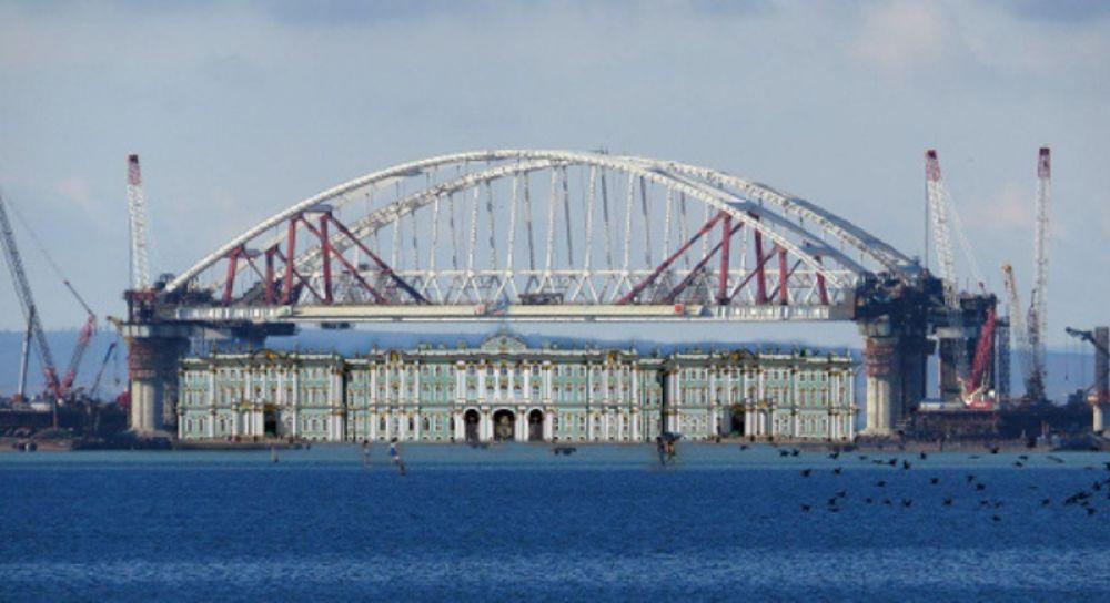 Зимний дворец с лёгкостью поместился под арками Крымского моста