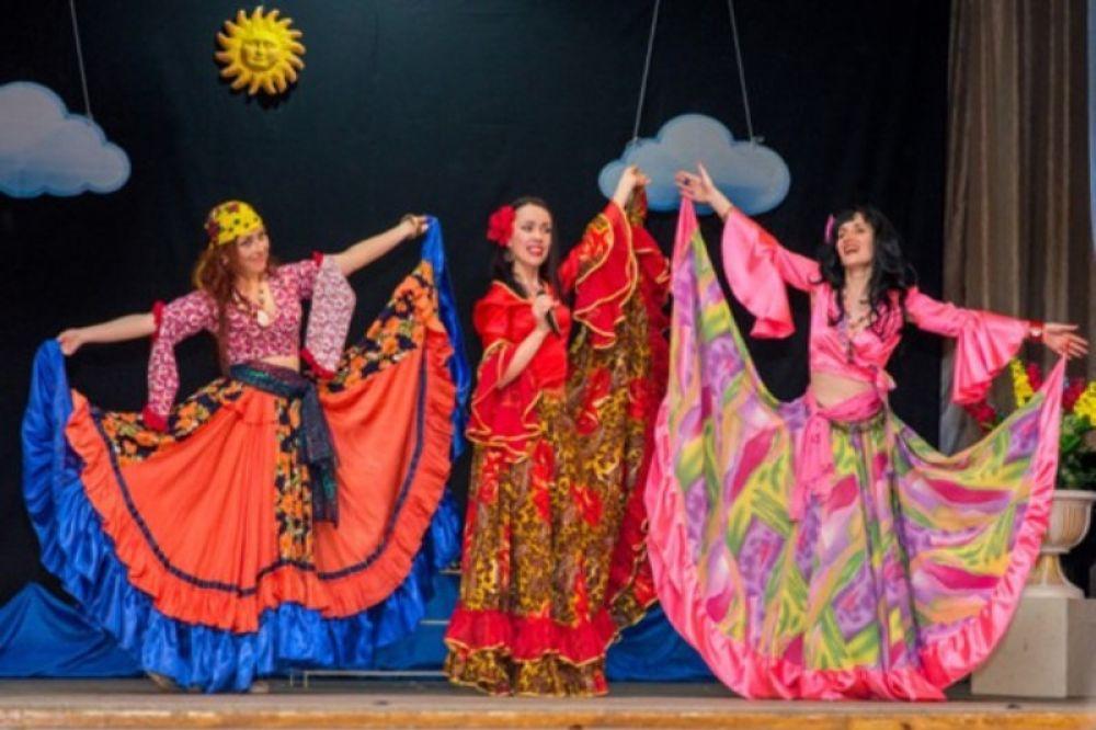 Песни и сцены из популярных кинофильмов покажут на сцене Феодосийского дома культуры