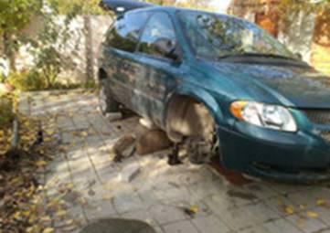 Феодосиец застрял под собственной машиной из-за неисправного домкрата