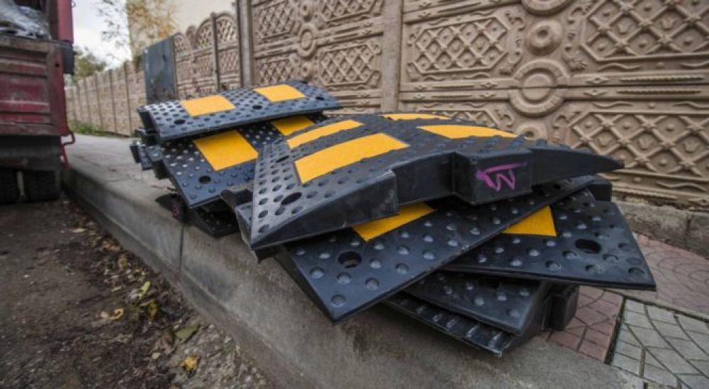 В Керчи на ставшей оживленной в плане автодвижения улице монтируют «лежачих полицейских»