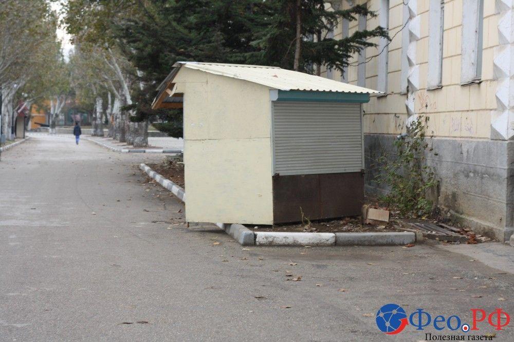 Убегающий ларек и граффити на стенах в Феодосии