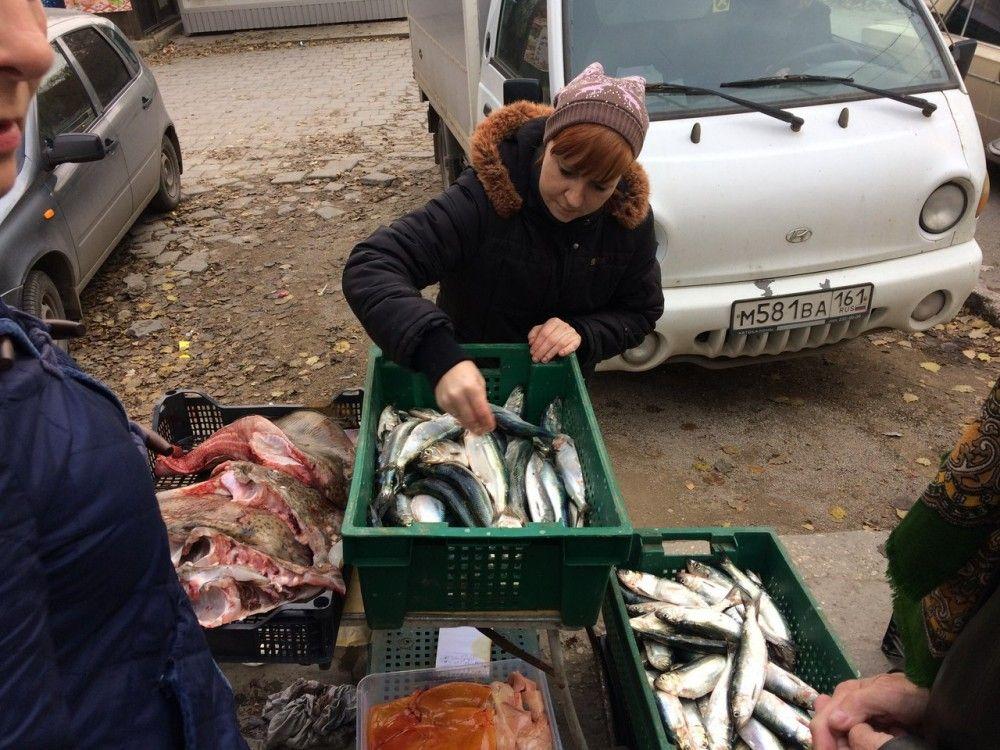 В Феодосии продолжают стихийно торговать селедкой и хризантемами