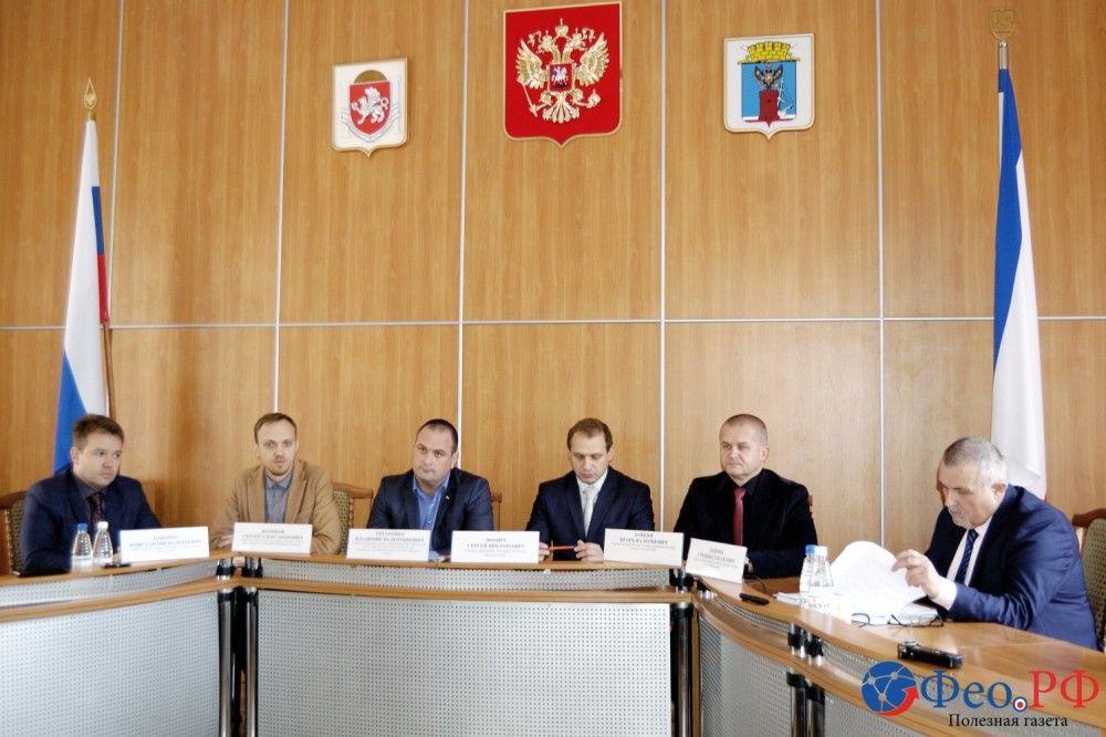 Какие области курирует каждый из заместителей главы администрации Феодосии