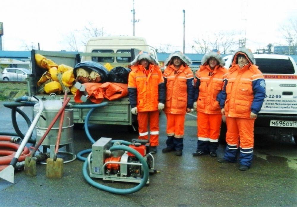 Спасатели МЧС провели учения по ликвидации разлива нефтепродуктов в Черном море (ФОТО)