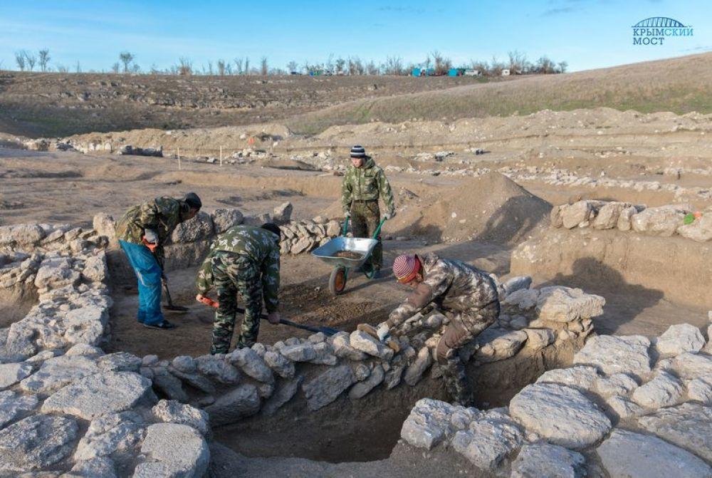 Археологи исследуют древнее поселение рядом с Крымским мостом (ФОТО)