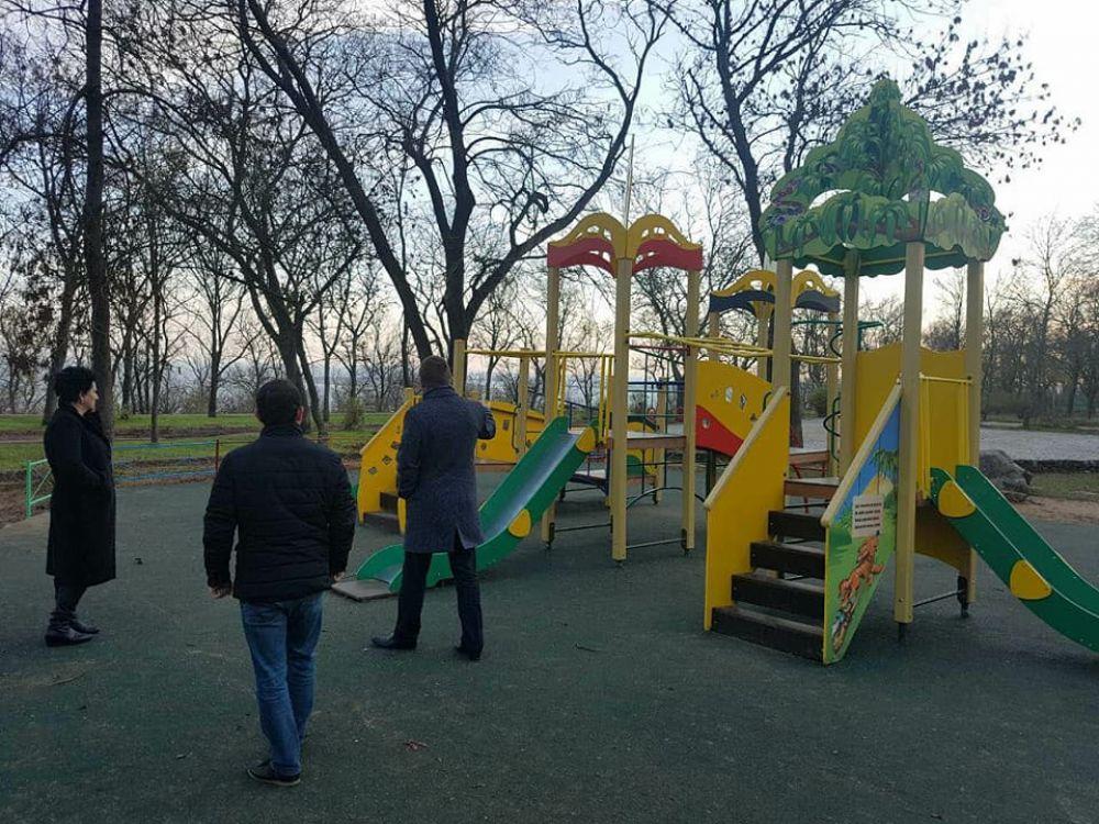 Спецкомиссия оценила ход работ по благоустройству дворов и парка в Керчи (ФОТО)