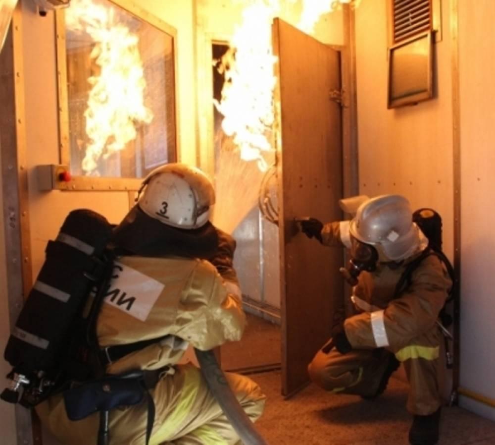 В Керчи спасатели вытащили из горящей многоэтажки мужчину
