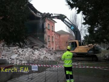 В Керчи разбирают рухнувшее университетское здание (ФОТО)