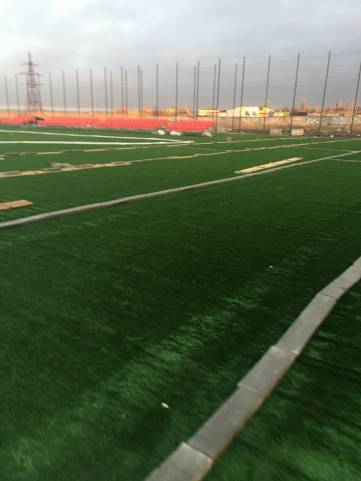 В Керчи завершают монтаж нового футбольного поля (ФОТО)