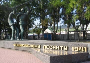 В Феодосии восстановили плитку на постаменте памятника героям-десантникам