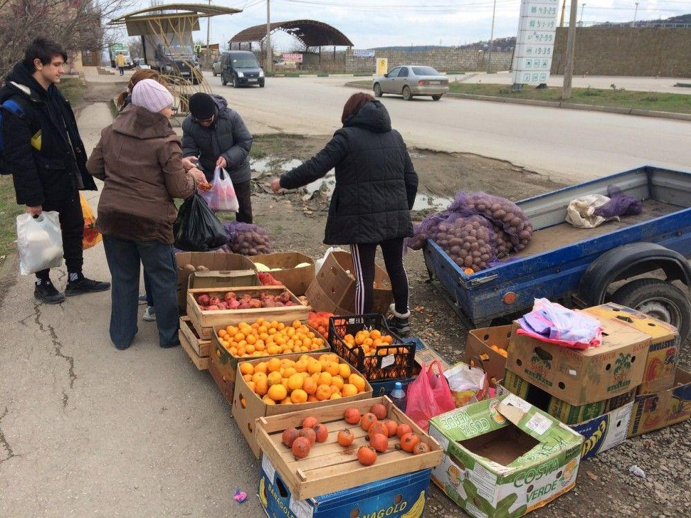 Женщина получила протокол за торговлю овощами на улице в Феодосии