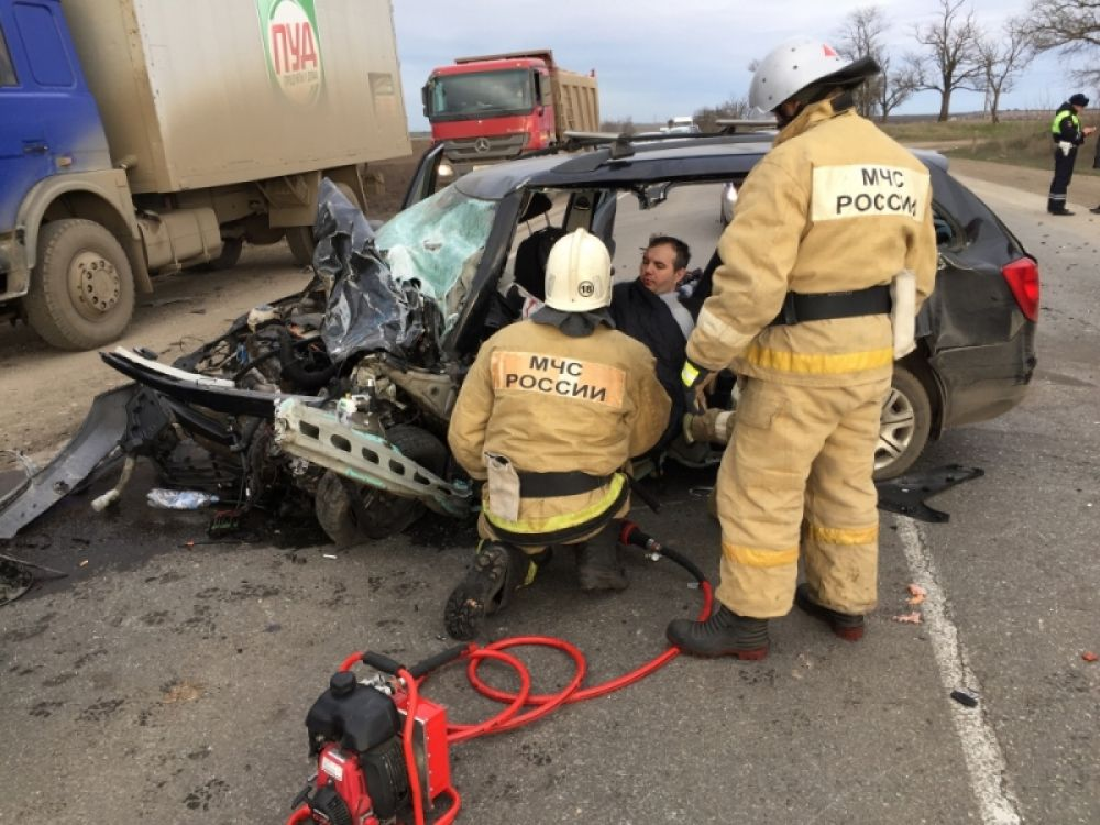 Семь человек пострадали в крупном ДТП на трассе между Феодосией и Керчью
