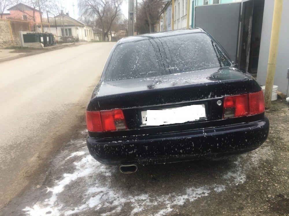 Мужчина рискует поплатиться штрафом за мытье машины на улице в Феодосии