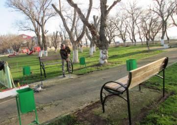 В Береговом установили дополнительные урны и скамейки