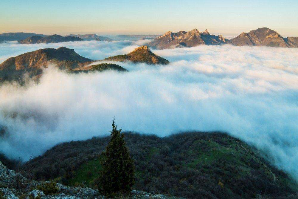 Ветер занес горы туманом