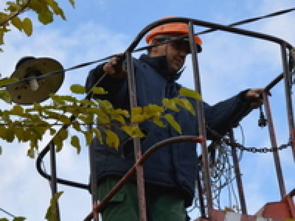 В Феодосии на Карантине и Форштадте устанавливают энергосберегающие лампы