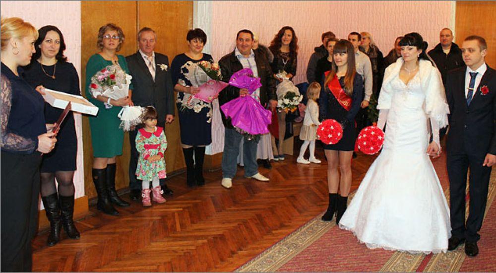В Феодосии молодоженов поздравили с Днем влюбленных