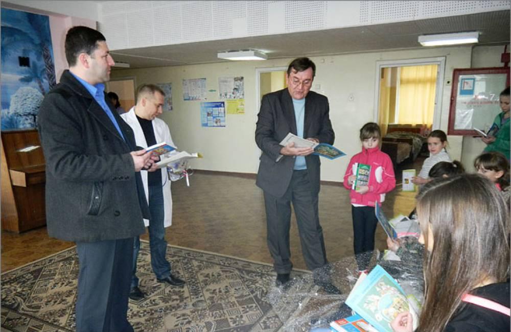 В Феодосии в рамках «Праздник друзей книги» подарили литературу детской библиотеке и детской больнице
