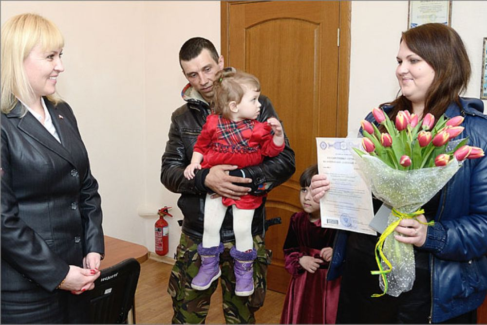 Первая семья феодосийцев получила сертификат на получение материнского капитала